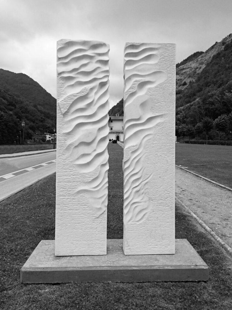 Porta del vento, marmo Rosa Estremoz, 170x30x225